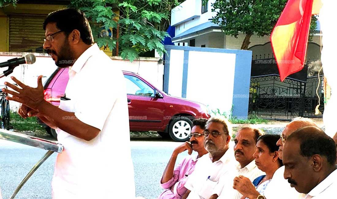 മത്സ്യത്തൊഴിലാളികളെ ദുരിതത്തിലാക്കുന്നതില് കോണ്ഗ്രസും ബി.ജെ.പിയും ഒരേ തൂവല് പക്ഷികള്