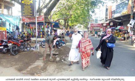 മാലിന്യം റോഡരികില് – കാല്നടക്കാരും വ്യാപാരികളും ദുരിതത്തില്