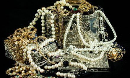 വിവാഹച്ചടങ്ങിന് എത്തിയവരുടെ സ്വർണാഭരണങ്ങൾ വെള്ളി  നിറമായി