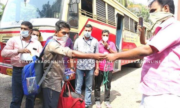 നാട്ടിലേക്ക് മടങ്ങുന്ന ബീഹാർ സ്വദേശികളായ അതിഥി തൊഴിലാളികൾക്ക് നഗരസഭയുടെ സ്നേഹവും കരുതലും